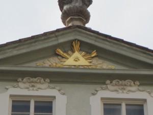 Zoom do símbolo da fachada do prédio.