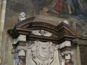 Umas estátutas peculiares para decorar o interior de uma Igreja de Bem.